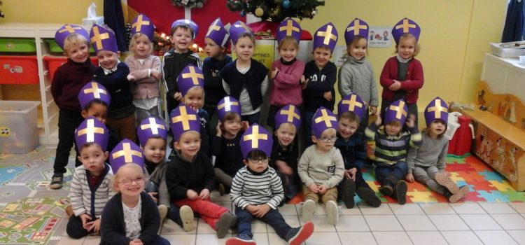 En décembre, Saint Nicolas est venu à l'école.